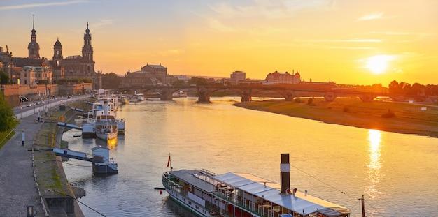 ドレスデンのスカイラインとザクセンドイツのエルベ川