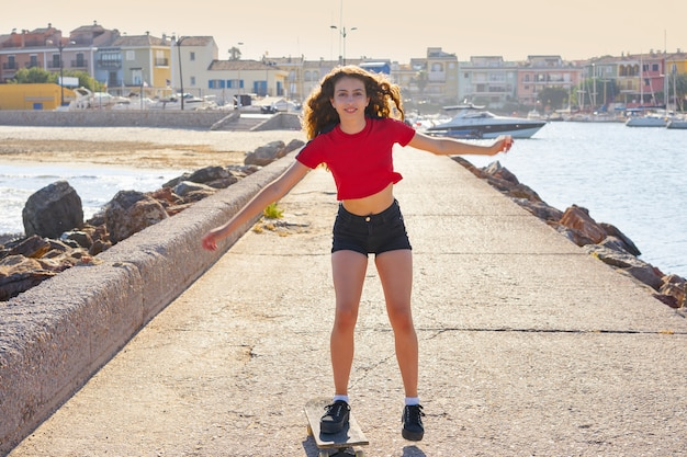 Девушка на роликах в пляжном доке с красным