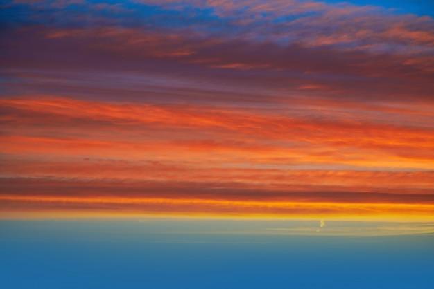 オレンジと青の夕焼け雲空
