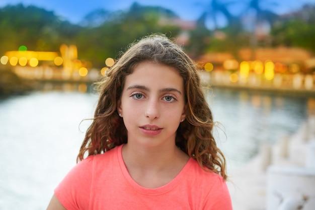 ライトの背景を持つ少女の肖像画の夕日