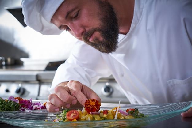 セビチェ皿に花を飾りシェフ