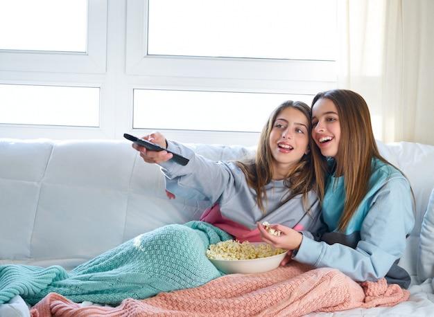 テレビを見ている親友の女の子
