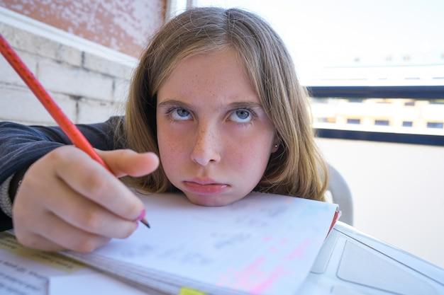 彼女の宿題をしている退屈学生少女