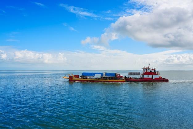 Паромное судно из холбокса в порт чикила
