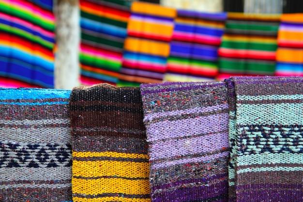 セラペメキシコ毛布のカラフルなパターン