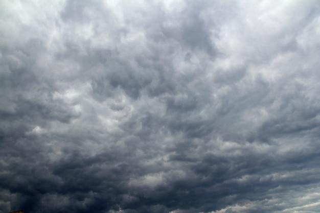 Облачное драматическое небо перед тропическим ядом