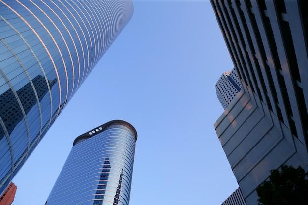 青いミラーガラスのファサードの高層ビル建物