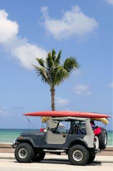 サーフボードの青い空とフロリダのサーファー車
