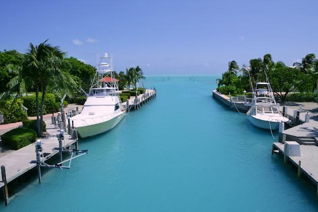 ターコイズブルーの水路でフロリダキーズ漁船