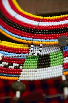 アフリカの民族のカラフルなジュエリーネックレス
