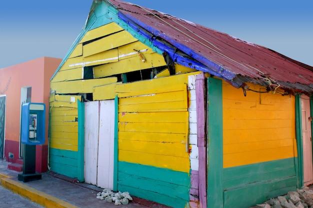 カリブ海メキシコのグランジカラフルな家