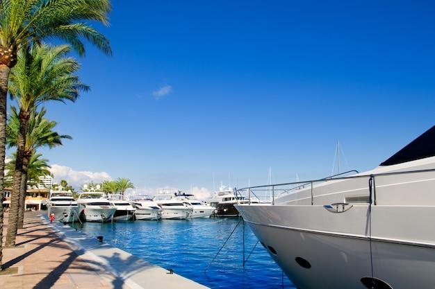 カルビアプエルトポータルマヨルカ島の豪華なヨット