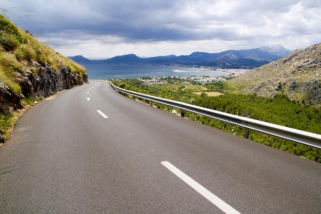 マヨルカのポリェンサビューと山の道の曲線