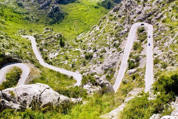 マヨルカ島のサカロブラの近くの山の曲がりくねった道