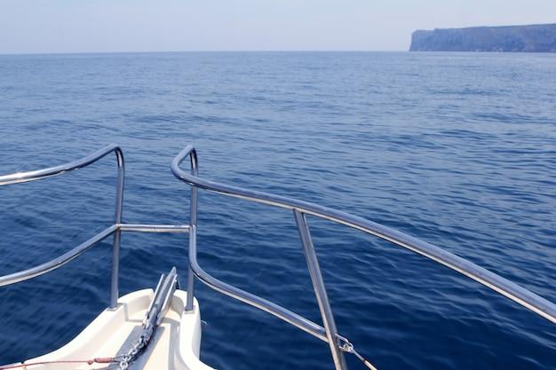 地中海のサンアントニオ岬でボートの弓