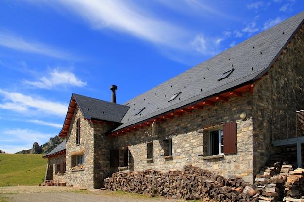 Горный каменный дом шиферная крыша в пиренеях