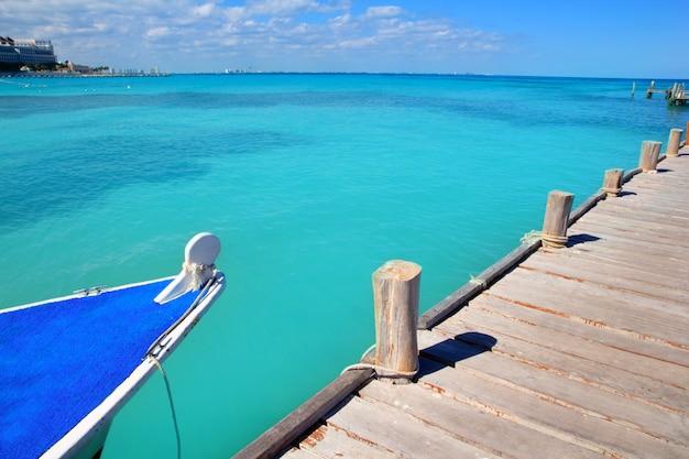 Лодка в лесу пирса канкун тропического карибского моря