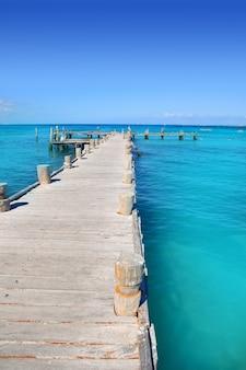 Канкун деревянный пирс в тропическом карибском море