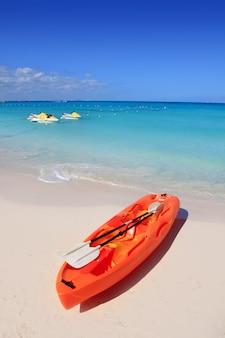 Каяк на пляже песок карибское море бирюза