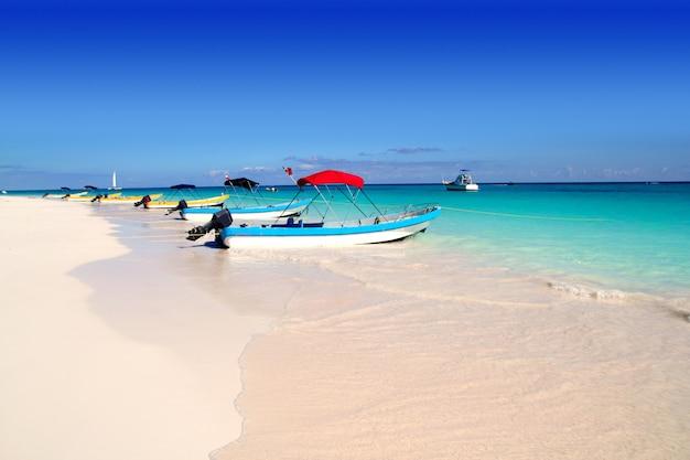 Лодки на тропическом пляже карибское лето