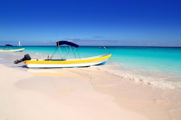 Лодки тропический пляж идеально карибское лето