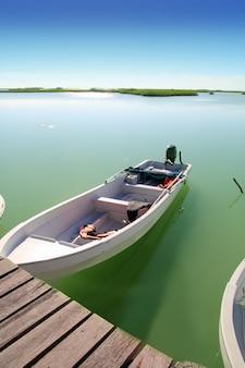 Лодки в пирсе мангровых лагун на ривьере майя