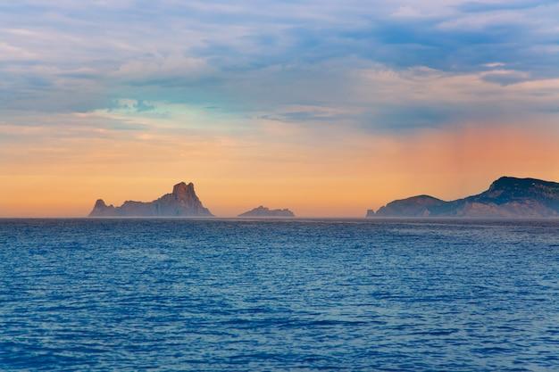 海からバレアレス諸島のイビサ日没ビュー