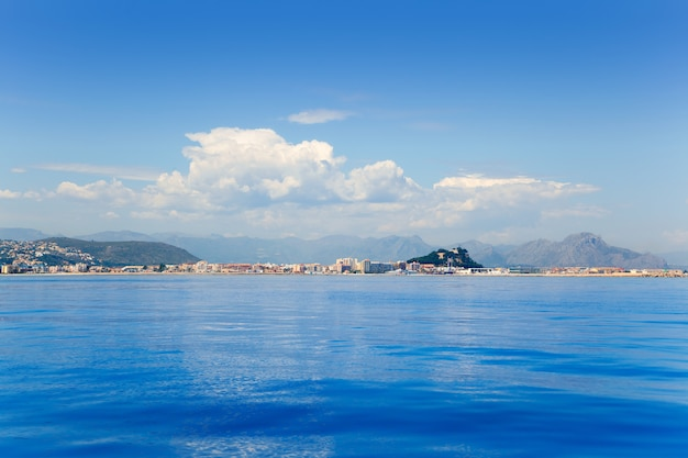 Аликанте дения вид из голубого спокойного моря
