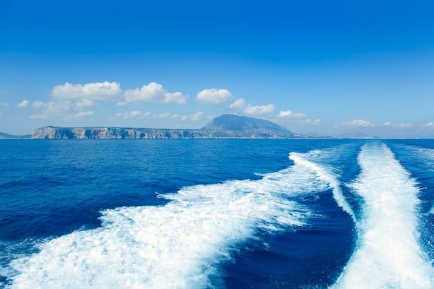 アリカンテデニア海とボートの航跡からの眺め