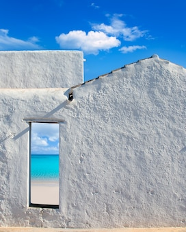 バレアレス諸島の家のドアからのどかなビーチ