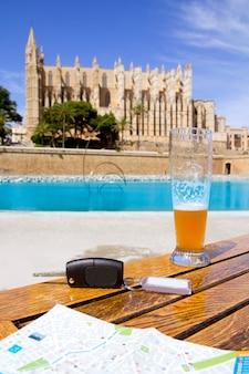パルマ市内観光マップとテーブルの上のレンタカーキー
