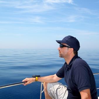 船員男帆船青い穏やかな海の水
