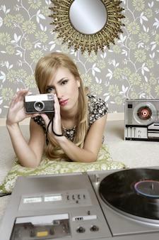 ビンテージルームでカメラのレトロな写真の女性