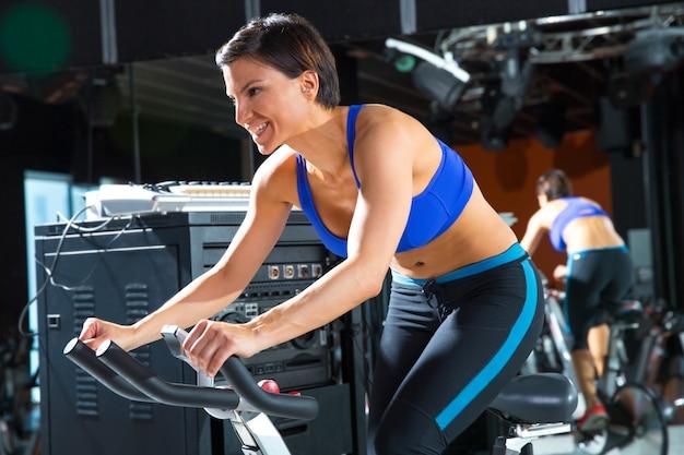エアロビクスジムでモニタートレーナー女性を回転