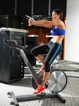 Аэробика спиннинг монитор тренер женщина растяжка