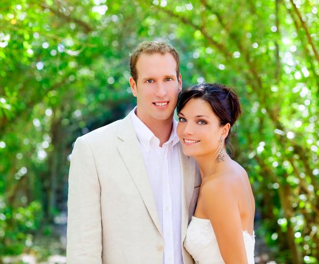 花嫁はちょうど屋外で恋に夫婦