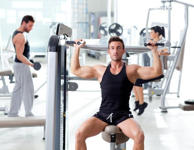 Фитнес спорт тренажерный зал группа людей тренировка
