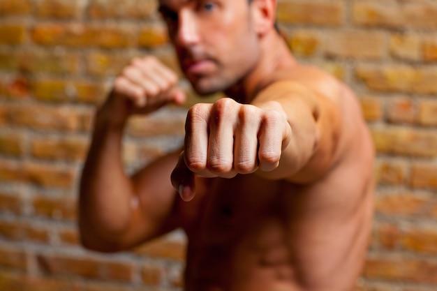 筋肉ボクサー形の男がカメラに拳