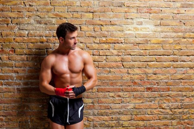 筋肉ボクサー形拳包帯を持つ男