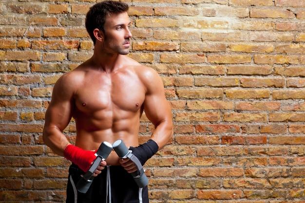 拳包帯と重みを持つ筋肉ボクサー男