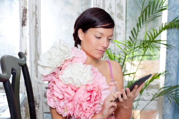 Мода женщина и планшет, чтение книг с цветами платье
