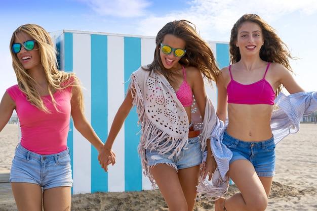 ビーチで幸せを走っている最高の友達十代の女の子