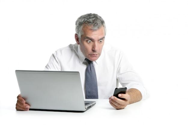 Удивленный старший бизнесмен жест мобильного телефона