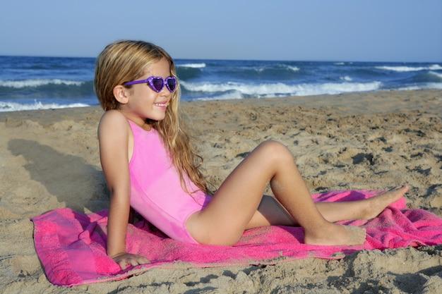 トレンディなファッションビーチで小さな夏の女の子