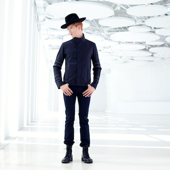 Черный дальний запад современная мода человек в шляпе в современном помещении