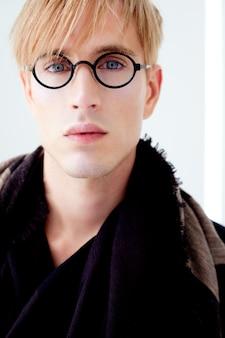 Белокурый современный красивый студент человек с портретом очки ботаник