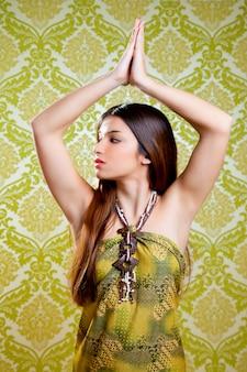 長い髪の踊りとアジアのインドのブルネットの少女