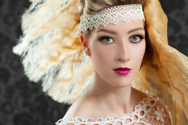 理髪と化粧のファッションの女性