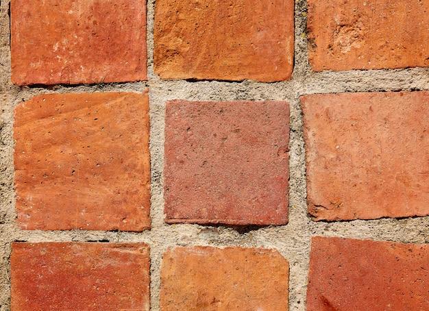 粘土の正方形のタイルの伝統的な建築スペイン