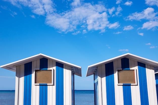 スペインのデニアビーチ青と白のストライプ